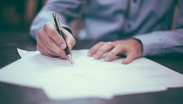 Informations juridique - main qui signe un papier